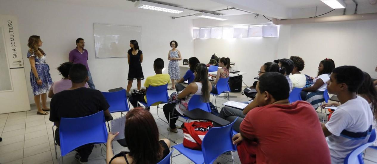 Grupo de alunos do projeto Turista Aprendiz desenvolve atividades de criação literária Foto: Marcos Tristão / Agência O Globo