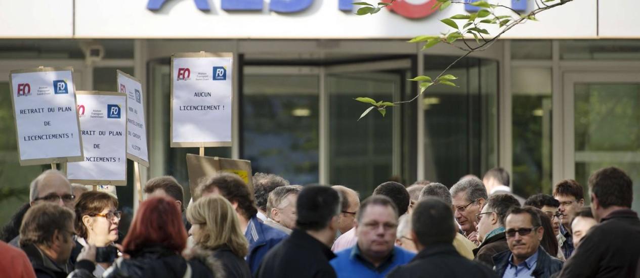 """Ato contra o """"desmantelamento"""" da Alstom, em Saint-Ouen Foto: LIONEL BONAVENTURE/AFP"""