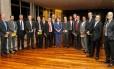 Dilma com os editores, os ministros Aldo Rebelo (primeiro à esquerda) e Thomas Traumann (segundo da direita para a esquerda,. e o assessor Ronaldo França, na foto em que só faltou Berzoini