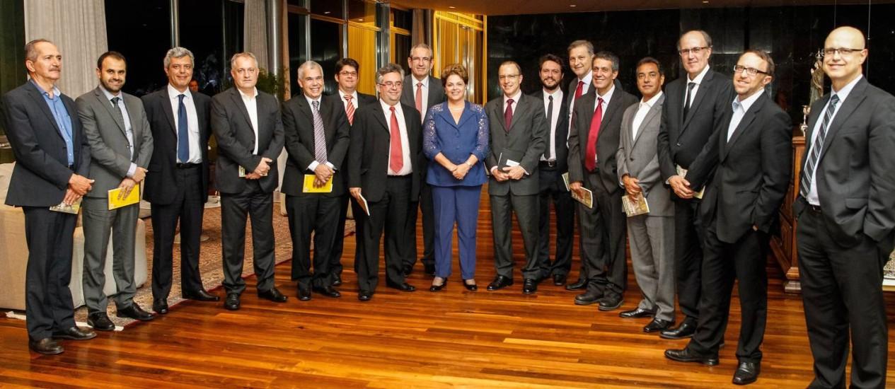 Dilma com os editores, os ministros Aldo Rebelo (primeiro à esquerda) e Thomas Traumann (segundo da direita para a esquerda,. e o assessor Ronaldo França, na foto em que só faltou Berzoini Foto: Roberto Stuckert/Palácio do Planalto
