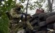 Ativista pró-Rússia fica de guarda em um posto de controle perto da cidade de Slaviansk