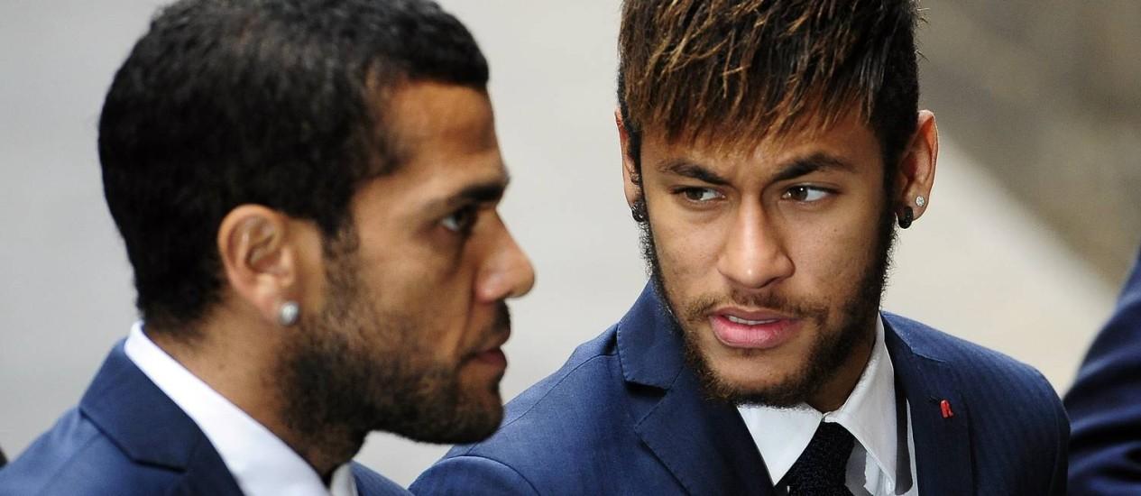 Daniel Alves, que comeu a banana durante o jogo, e Neymar, que entrou na campanha contra o racismo Foto: Manu Fernandez / AP