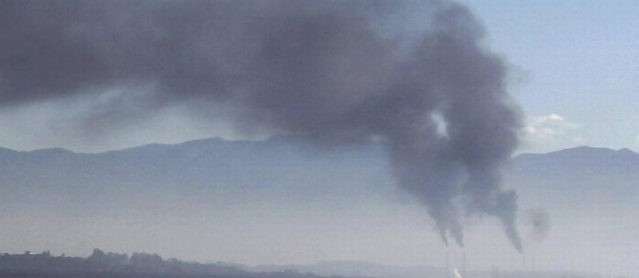 A fumaça que saiu da Reduc na última quarta-feira Foto: Marcelo Carnaval / Agência O Globo