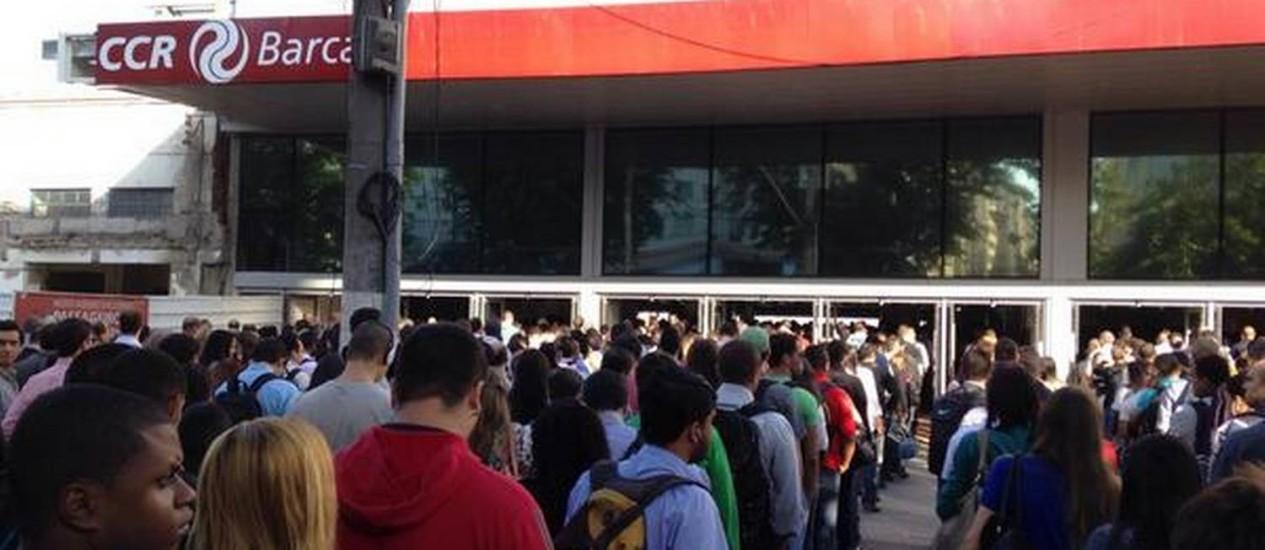 Longas filas se formaram na estação das barcas, na Praça Arariboia, na manhã desta quarta-feira Foto: Leitor Felipe Sisley