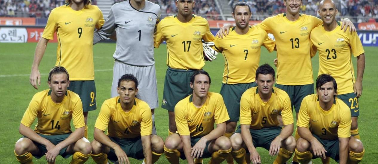 Brett Holman (14), o primeiro da esquerda para direita entre os agachados, posa com a seleção da Austrália na Copa de 2010. Ele decidiu se aposentar da seleção às vésperas do Mundial de 2014 Foto: Lee Jin-man / AP