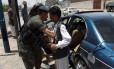 Soldado do Iêmen revisa homem em posto de controle na capital Sanaa