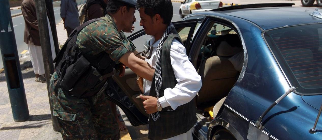 Soldado do Iêmen revisa homem em posto de controle na capital Sanaa Foto: MOHAMMED HUWAIS / AFP