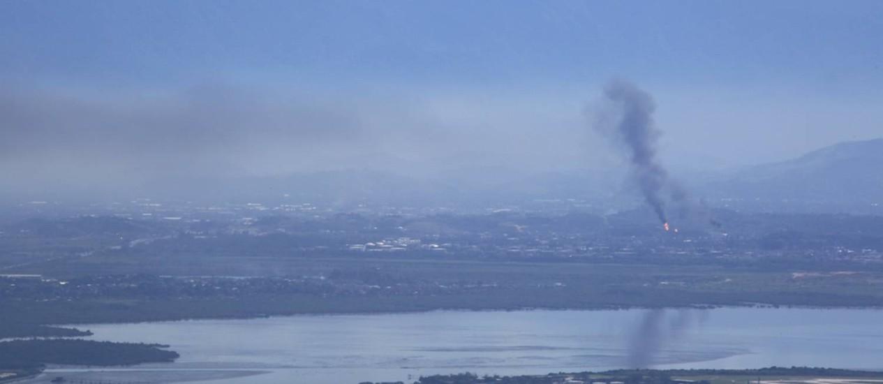 A fumaça que sai da Reduc já pode ser vista da zona sul da cidade Foto: Leitor Marcos Estrella