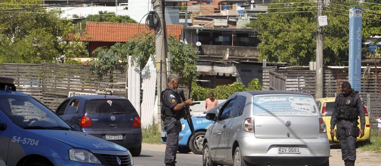 Policiais reforçam o patrulhamento nos acessos ao Morro do Chapadão, em Costa Barros Foto: Gabriel de Paiva / Agência O Globo