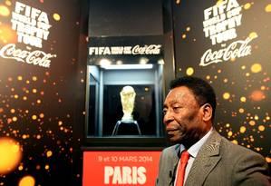 Depois de dizer que a melhor resposta para o racismo é a maneira como vive, Pelé afirmou que banana atirada contra Daniel Alves foi ato 'banal' Foto: Franck Fife / AFP