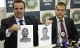 O delegado Pedro Medina mostra os retratos falados dos irmãos do caseiro