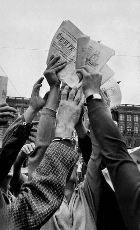 O Museu da Imagem e do Som de São Paulo inaugura em 1º de maio a exposição 'Maio Fotografia no MIS 2014'. Sete mostras são apresentadas ao público até 22 de junho. Um dos destaques é a premiada série do tcheco Josef Koudelka sobre a repressão soviética à Primavera de Praga em 1968 Foto: Josef Koudelka/Magnum / Divulgação