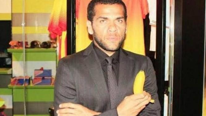 Daniel Alves com uma banana em apoio ao movimento contra o racismo Foto: Reprodução/BBC