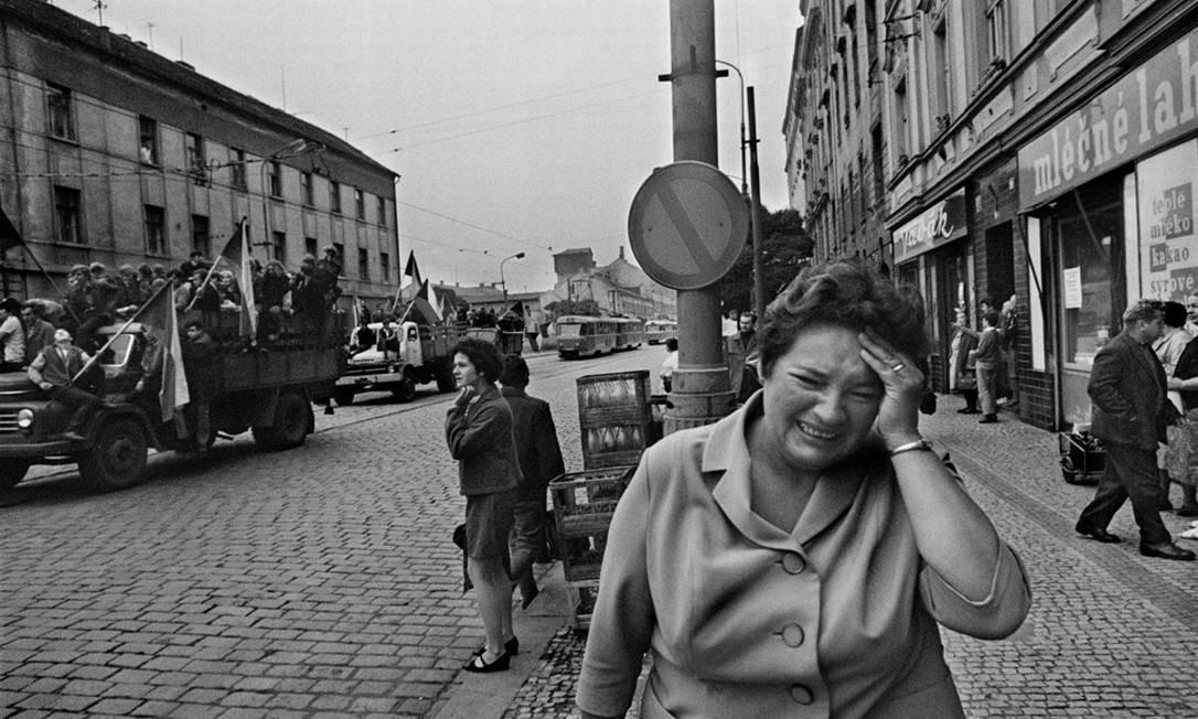 Em 75 fotos em preto e branco, Koudelka registrou os sete dias dramáticos da invasão soviética. Suas imagens da resistência tcheca tornaram-se símbolo da luta pela liberdade Foto: Josef Koudelka / Divulgação