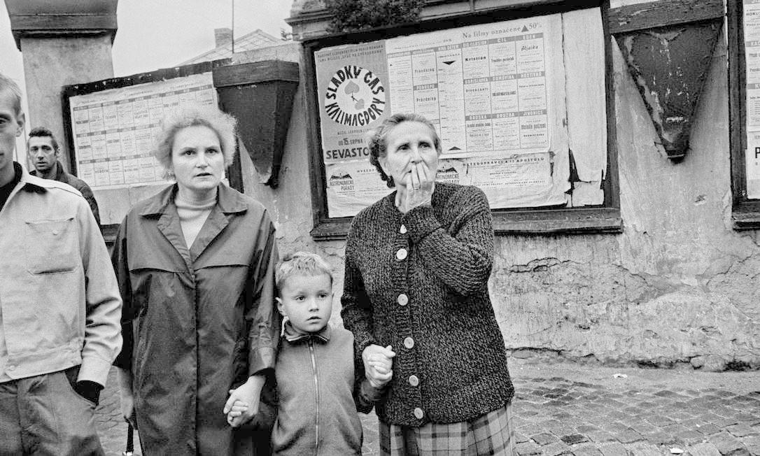 As imagens de Koudelka foram publicadas com as iniciais P.P. (Prague Photografher) para proteger o fotógrafo e sua família de retaliações. Em 1969, ele recebeu anonimamente a Medalha de Ouro Robert Capa do Clube de Imprensa Estrangeira. Abandonou a Tchecoslováquia no ano seguinte, quando pediu asilo político e passou a integrar o time da agência Magnun Photos Josef Koudelka/ Magnum / Divulgação