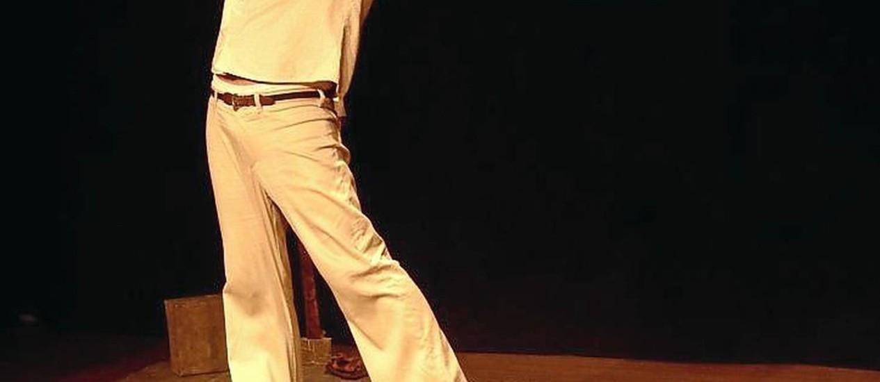 Dentro do Big Jato. O ator Diogo Camargos em cena, no espetáculo Foto: Luana Muller / Divulgação/Luana Muller