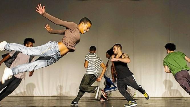 """Dançando. Os bailarinos da Cia. Híbrida atuando no espetáculo """"Moto sensível"""": talento premiado Foto: Terceiro / Divulgação/Rodrigo Buas"""