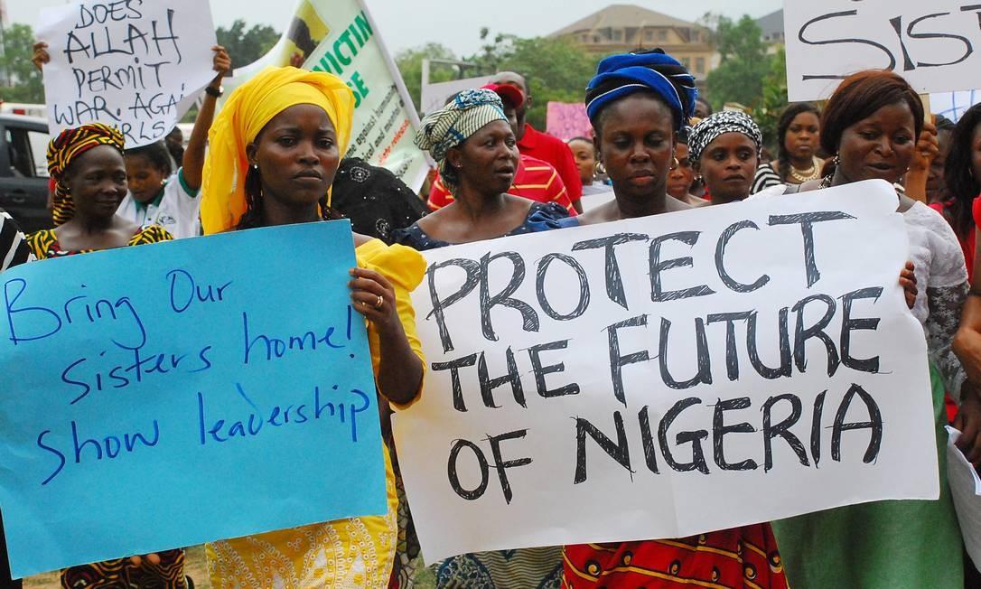 Mulheres nigerianas durante manifestação pela libertação das jovens, em em Abuja Foto: PHILIP OJISUA / AFP
