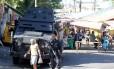 Blindado da polícia fica em acesso ao Morro do Chapadão: policiamento reforçado no entorno da favela
