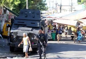 Blindado da polícia fica em acesso ao Morro do Chapadão: policiamento reforçado no entorno da favela Foto: Guilherme Pinto / Agência O Globo