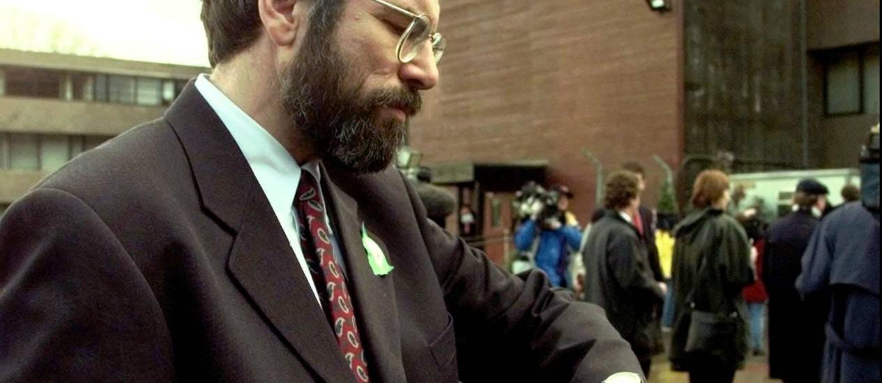 O presidente do Sinn Fein olha para o relógio durante negociação de paz com o governo do Reino Unido, em 1998 Foto: AP-8-4-1998