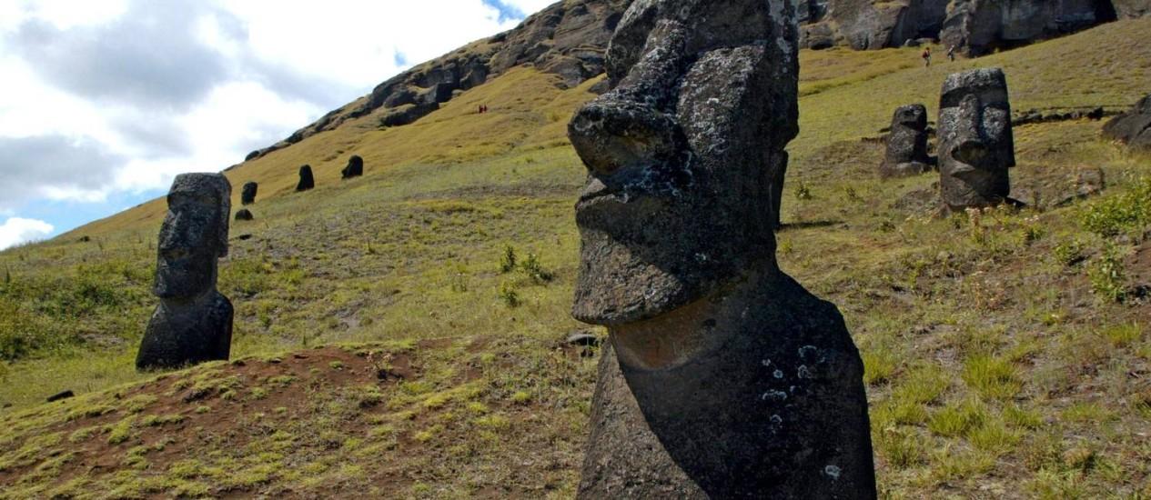 Moais na Ilha de Páscoa: turismo é a principal causa de problemas ambientais na região Foto: Martin Bernetti / AFP