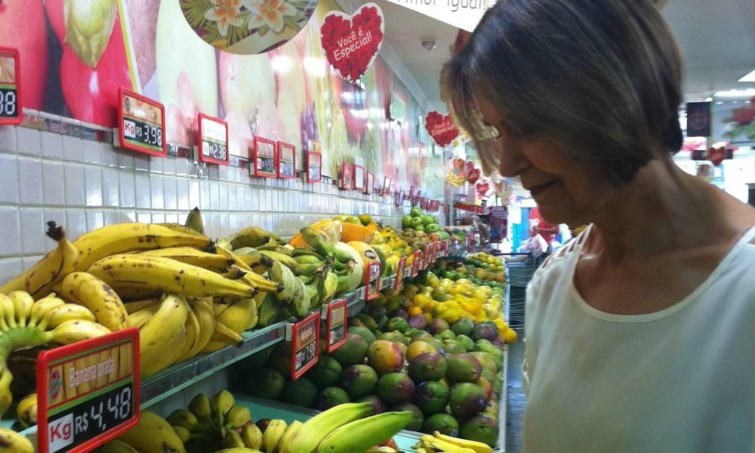 Nos mercados, a dona de casa Irene Kaiate já sentiu o aumento no preço da banana prata Foto: Agência O Globo / Luísa Lucciola
