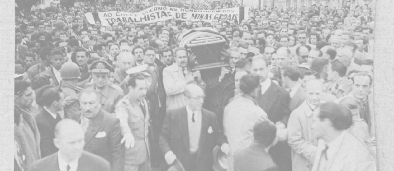 Despedida. Multidão participa do cortejo fúnebre com o caixão de Getúlio Vargas do Palácio do Catete até o aeroporto Santos-Dumont, em agosto de 1954 Foto: arquivo