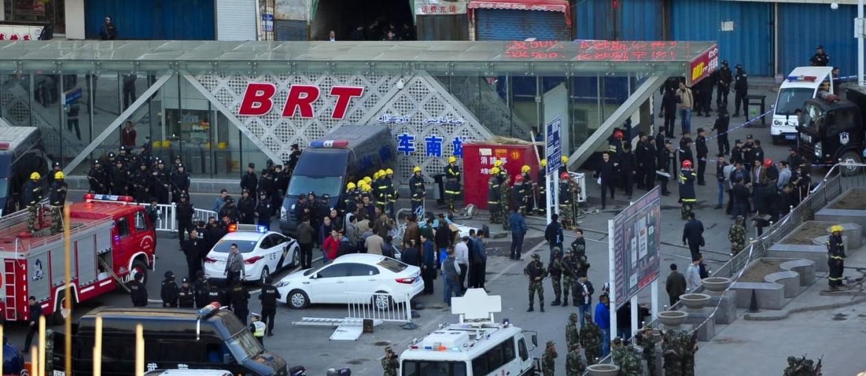 Equipes de segurança vasculham estação de trem atacada por terroristas em Urumqi Foto: AP