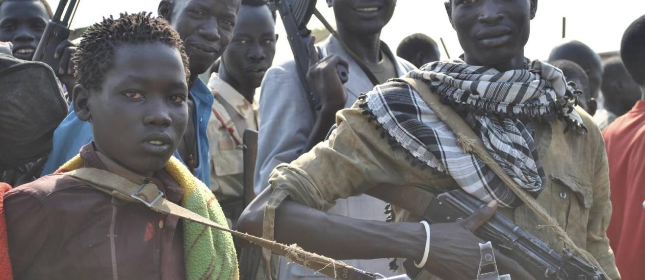 No Sudão do Sul, crianças fazem parte da tropa do ex-vice-presidente Riek Machar, o chamado 'Exército Branco' Foto: JACEY FORTIN / NYT