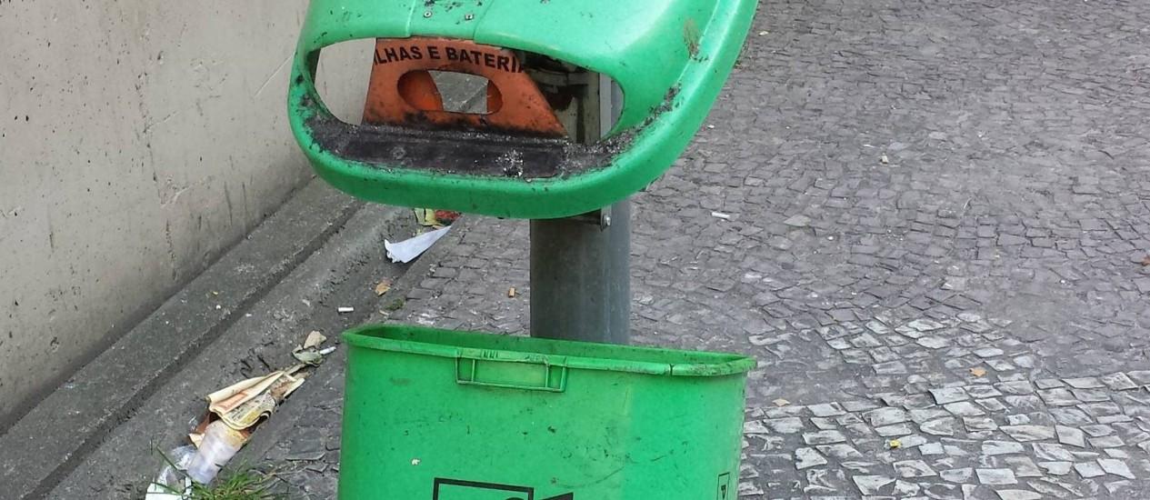 Lixeira destruída perto da entrada da estação Siqueira Campos - Foto: Leitora Maria Thereza Brandão / Eu-Repórter