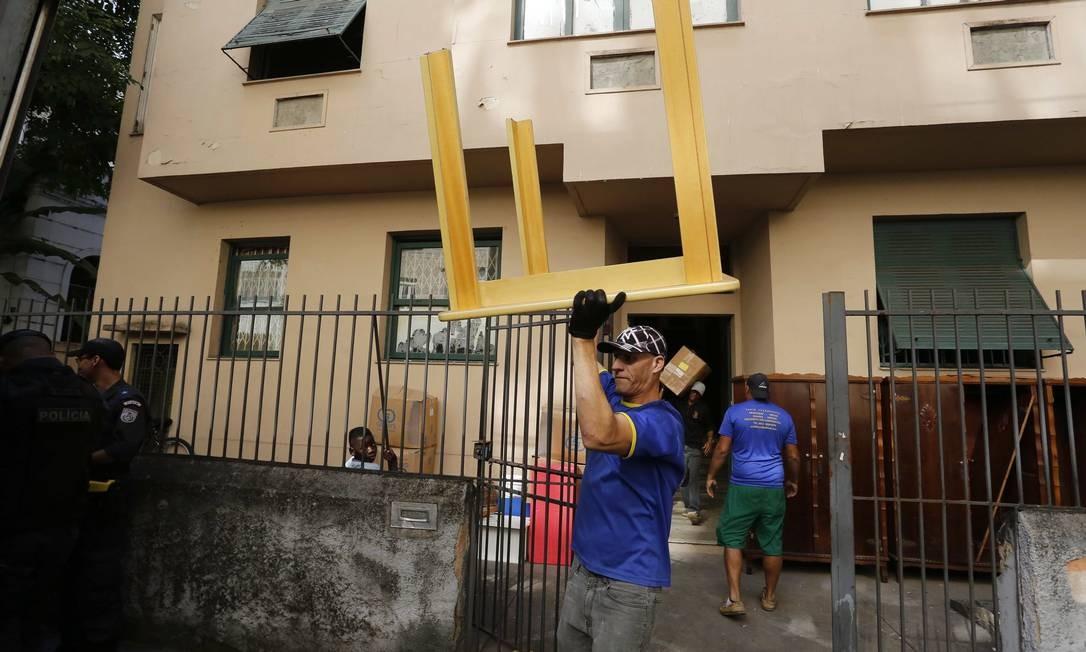 Invasores desocupam prédio em Laranjeiras Foto: Pablo Jacob / Agência O Globo