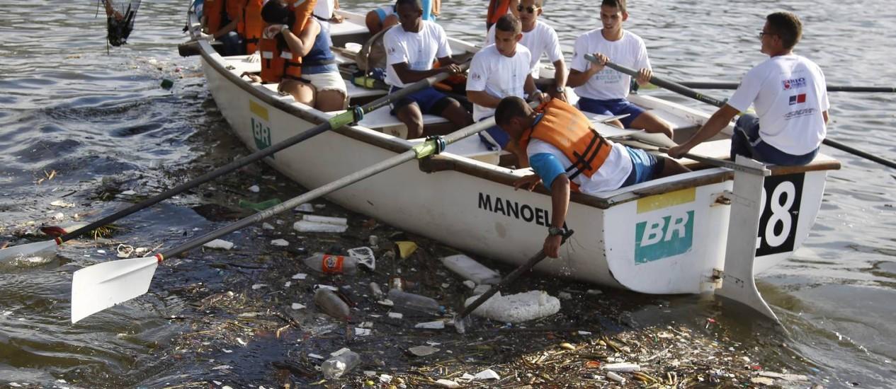 Voluntários recolhem detritos da Baía de Guanabara, que será palco de competições de vela nas Olimpíadas Foto: Antonio Scorza / Agência O Globo
