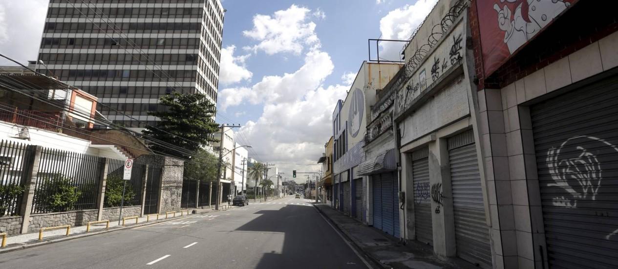 Rua vazia e comércio fechado são as consequências mais visíveis do fechamento do campus da Universidade Gama Filho, em Piedade. Moradores e comerciantes reclamam ainda do aumento dos roubos na região Foto: Hudson Pontes / Agência O Globo