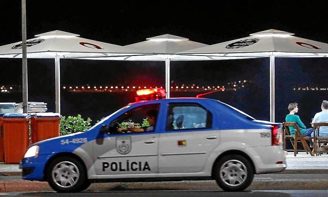 Carro da polícia patrulha Copacabana: tentativa de reverter o aumento de assaltos Foto: Alexandre Cassiano / Agência O Globo