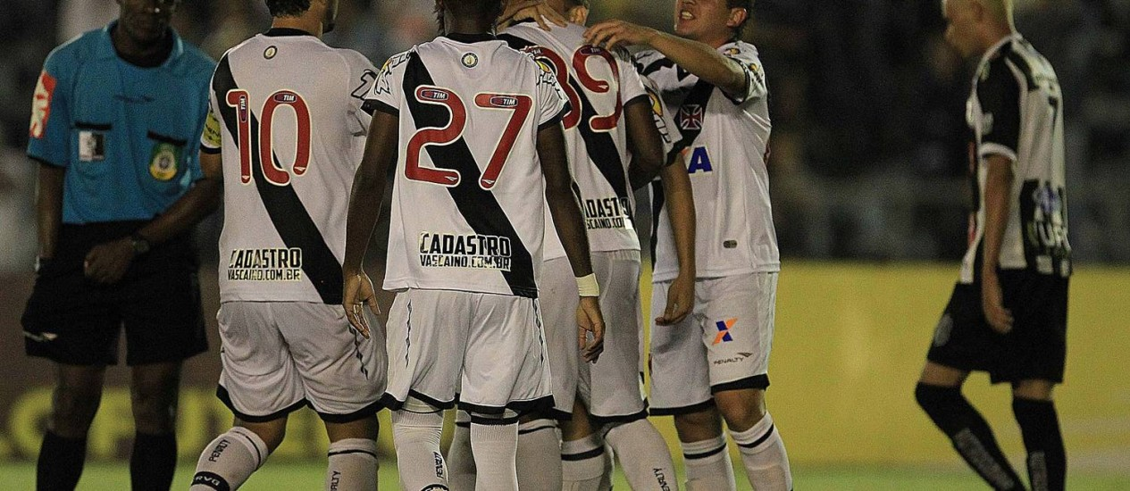 Jogadores do Vasco comemoram o primeiro gol de Thalles Foto: Marcelo Sadio/Vasco