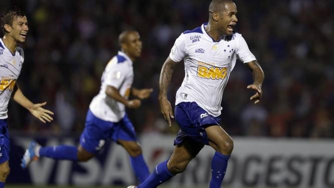 Dedé abriu o placar para o Cruzeiro na vitória contra o Cerro Porteño Foto: Jorge Saenz / AP