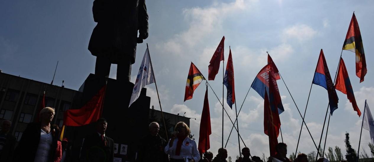 Ucranianos participam de ato pelo Dia do Trabalho em Slaviansk, cidade reduto dos ativistas pró-russos Foto: VASILY MAXIMOV / AFP