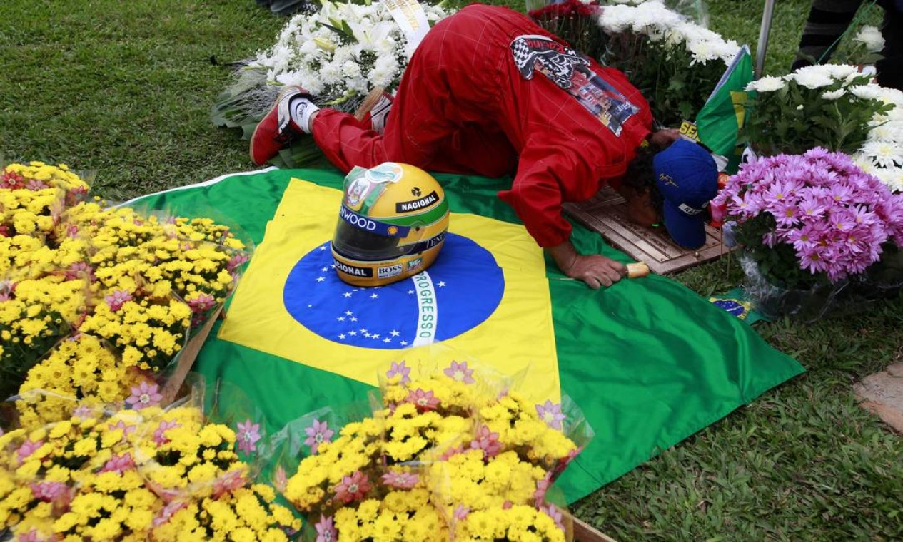 A man kisses the tomb of Brazil's Formula One driver Ayrton Senna, on the 20th anniversary of his death, in Sao Paulo May 1, 2014. Senna had just moved to Williams and was in only his third race for that team when he crashed and died at the San Marino Grand Prix on May 1, 1994. REUTERS/Paulo Whitaker (BRAZIL - Tags: ANNIVERSARY SPORT MOTORSPORT F1 OBITUARY) Foto: PAULO WHITAKER / REUTERS