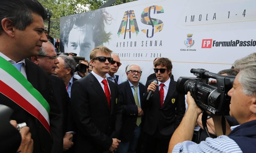 Kimi Raikkonen e Fernando Alonso na homenagem a Ayrton Senna em Ímola, na Itália Foto: Mauro Monti / AFP