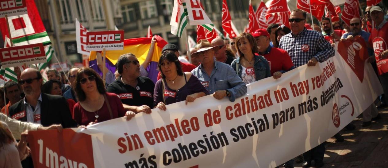Trabalhadores carregando faixas protestaram por melhores condições no mercado de trabalho, em Málaga, na Espanha Foto: JON NAZCA / REUTERS