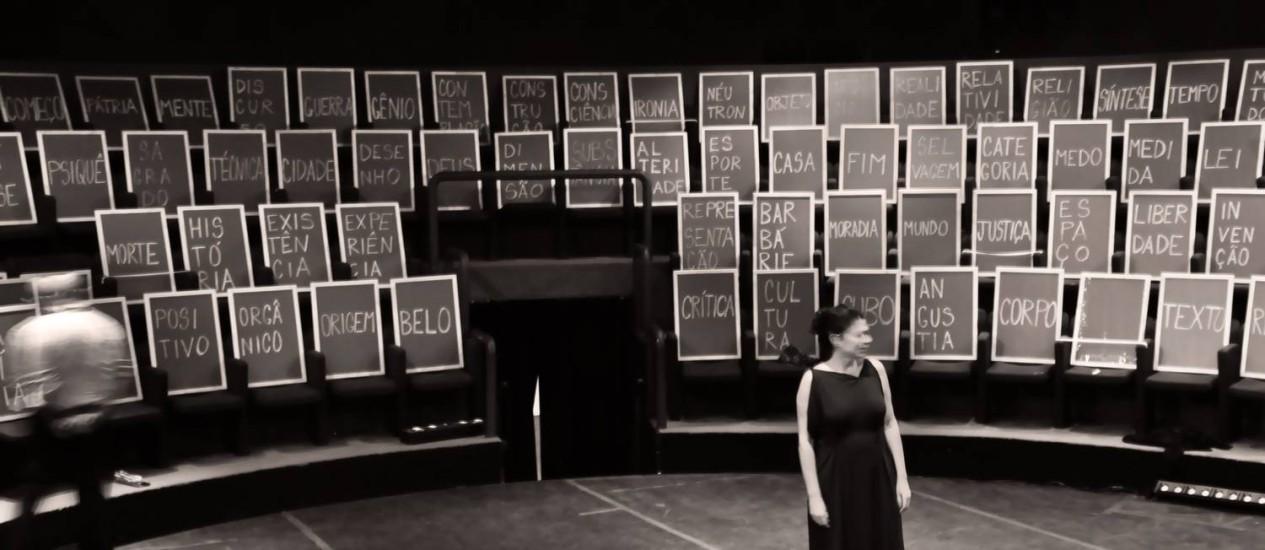 Lorena da Silva entre os quadros-negros com palavras que servem de mote para as falas da peça Foto: DIVULGAÇÃO