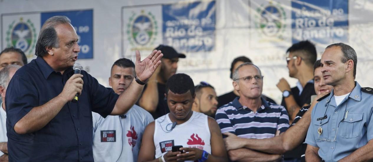 O governador Luiz Fernando Pezão participa do lançamento do serviço de ouvidoria das UPPs, na Vila Kenndy Foto: Guito Moreto / Agência O Globo