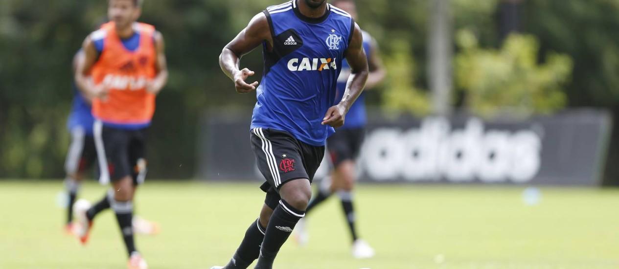 Em campo. Luiz Antônio conduz a bola em treino do Fla Foto: Alexandre Cassiano / Alexandre Cassiano/24-4-2014