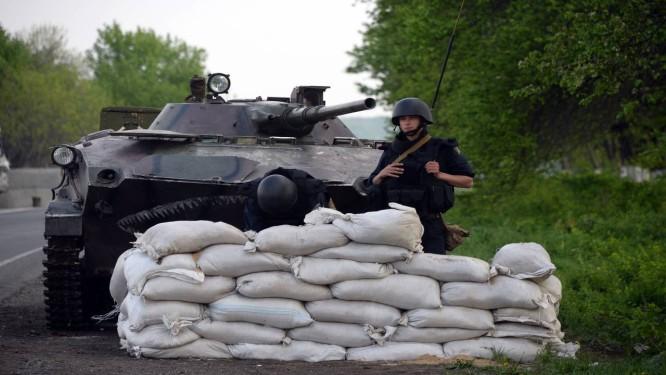 Soldado ucraniano vigia posto de inspeção próximo à cidade Slaviansk, no sudeste da Ucrânia Foto: VASILY MAXIMOV / AFP
