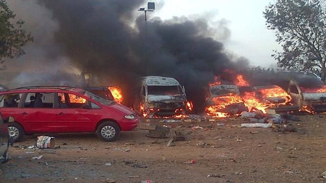 Veículos pegam fogo após ataque em Abuja em 14 de abril deste ano Foto: STRINGER / AFP