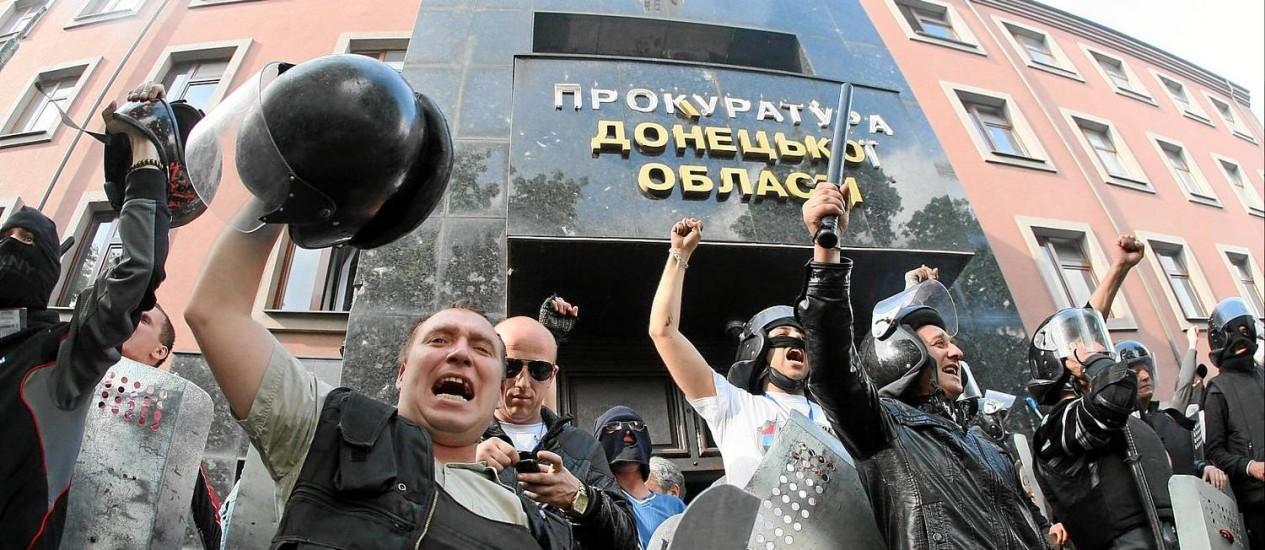 Manifestantes pró-Rússia durante a invasão do prédio da procuradoria da cidade de Donetsk: eles exigem a soltura de todos os manifestantes presos Foto: Alexander KHUDOTEPLY / AFP