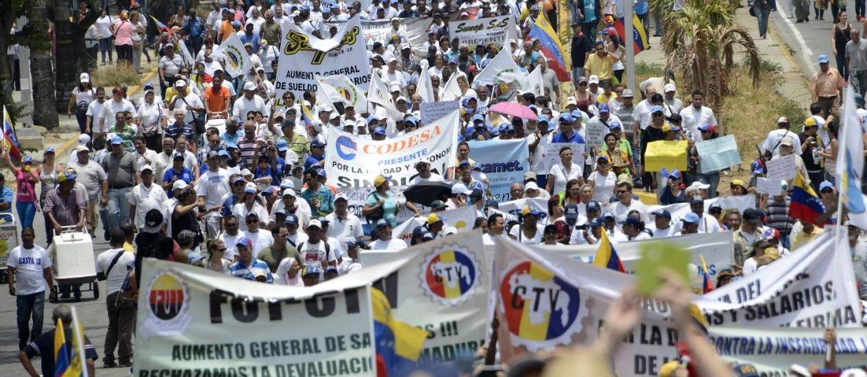 Opositores do governo de Nicolás Maduro realizam passeata em Caracas no Dia do Trabalho para portestar contra crise econômica Foto: GERALDO CASO / AFP