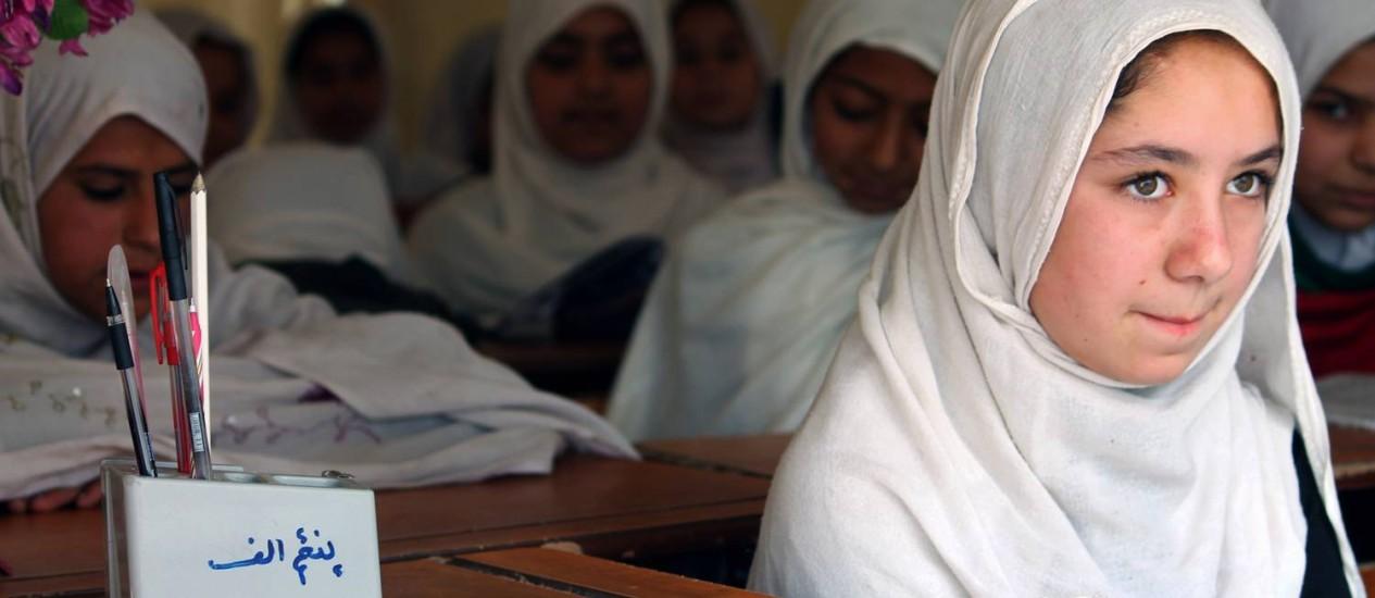 Estudantes afegãs assistem aula em Kandahar: meninas ainda são minoria no sistema educativo do país, que começa a expandir sua ação nas redes sociais para estimular ensino Foto: JAVED TANVEER / AFP
