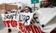 John Walters, Jana Lewis-Harkins, Fannie Bates e Aaron Baker (da esq. para a dir.) seguram um banner durante um protesto em frente à mansão do governador de Oklahoma contra a execução de detentos